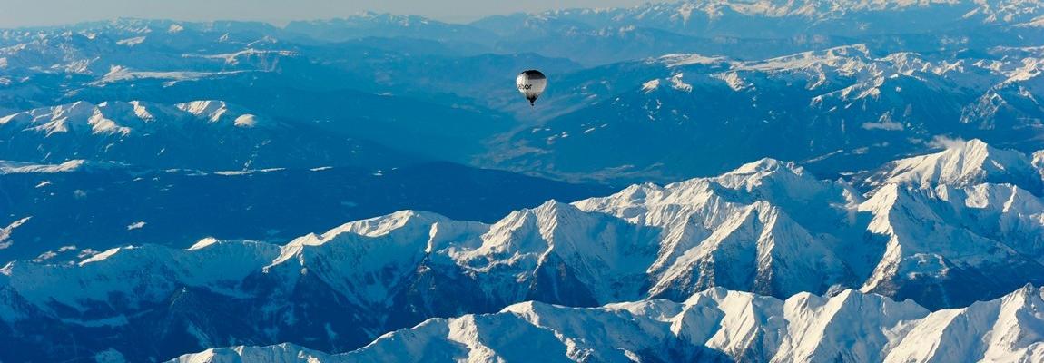 Heißluftballon über den Alpen